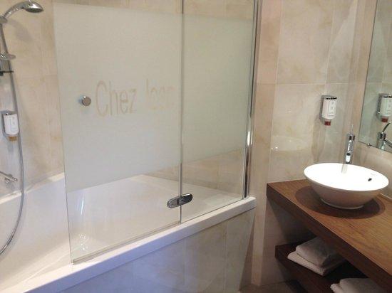 Hotel Chez Jean : The bathroom