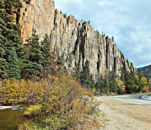 Cimarron Canyon State Park: The Palisade Sills cliffs along Cimarron Canyon