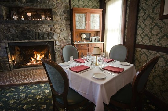 Four Corners Country Inn: Dining by the fireplace
