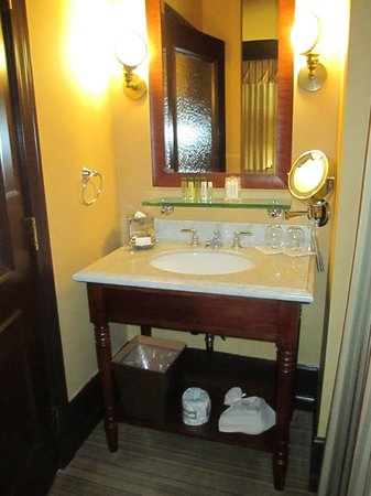 The Arctic Club Seattle - a DoubleTree by Hilton Hotel: Corner King Seperate Sink