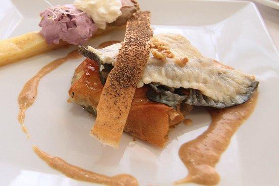 Medes II: rodaballo con crema de ajo y pimienta y cremoso de manzana
