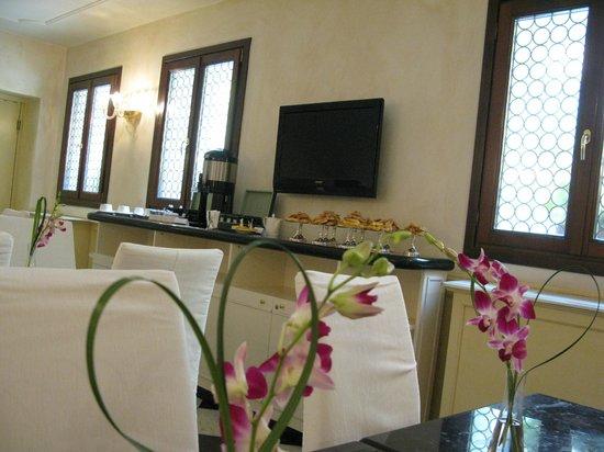 UNA Hotel Venezia: Free snacks