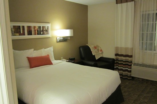 Hawthorn Suites by Wyndham Hartford Meriden: Bedroom area, lamps are off the table