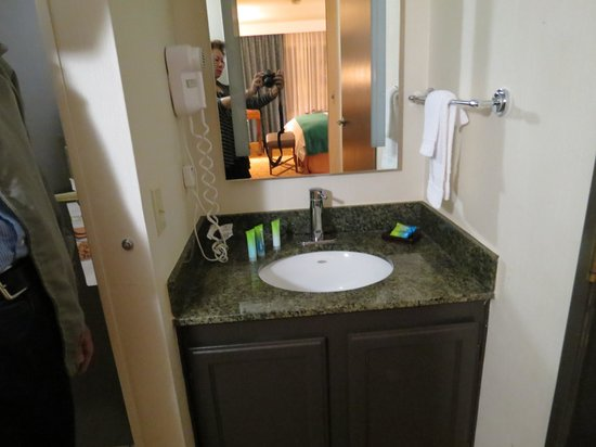 Radisson Ontario Airport: sink outside the bathroom