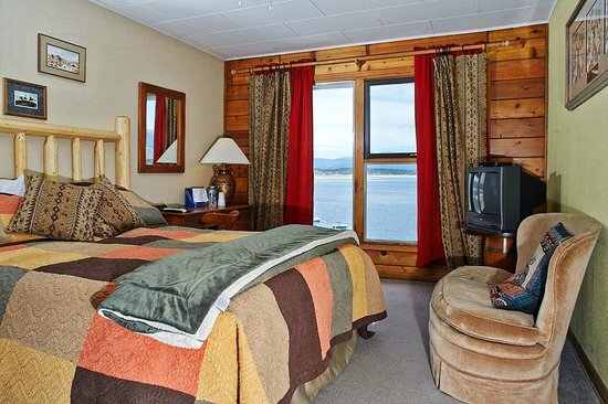 Mustachio's On The Lake: Lodge room with Queen size bed and view of Lake Granby