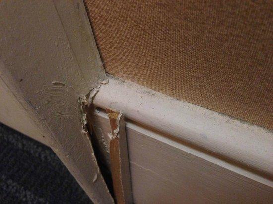 Queen's Landing : 3 inch splinter by the closet door