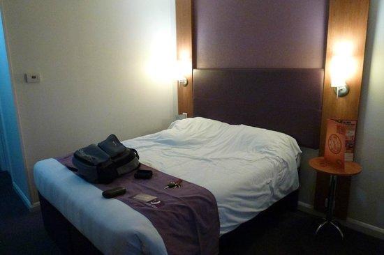 Premier Inn London Hayes, Heathrow Hotel: main double bed