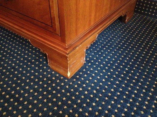 Trianon Bonita Bay: Chipped old furniture