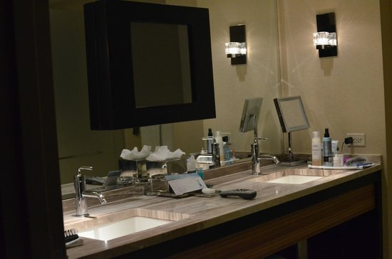 MGM Grand Detroit : bathroom, dbl sinks, tv