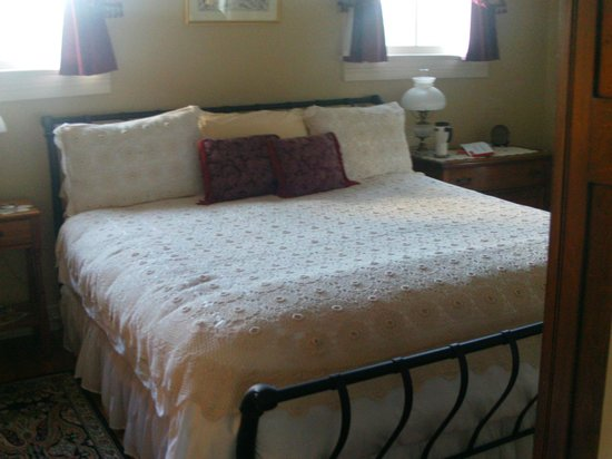 The Bed and Breakfast at Peace Hill: The Holdcroft room - king size bed