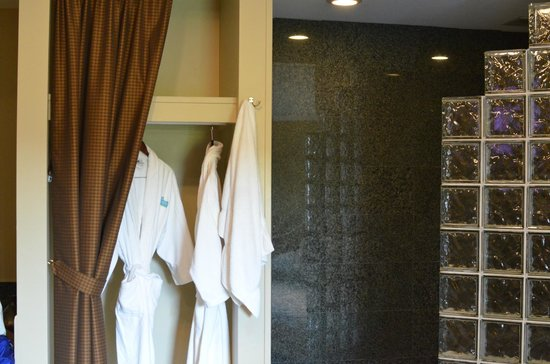 Belamere Suites: closet next to black tiled shower
