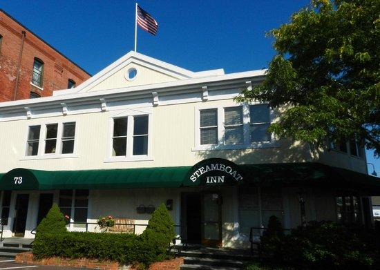 Steamboat Inn: entrance is off-street!
