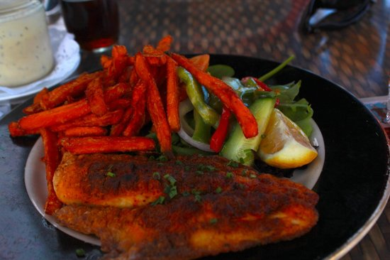 Wahoo's Waterside Bistro & Patio : sweet potato fries was really delicious