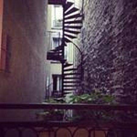 Hotel Lumières Montmartre Paris: Firestaire through room window