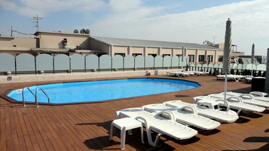 Grand Hotel Gulsoy: Rooftop pool was wonderful with a super view of the mosque across the street
