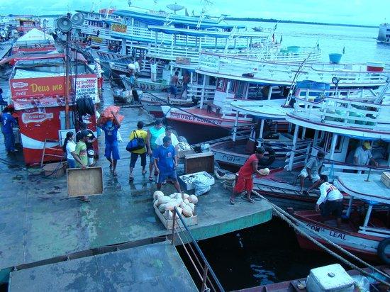Floating Dock : Movimento diário de embraque e desembarque de pessoas e de mercadorias