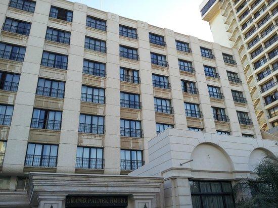 Grand Palace Amman: Fachada del hotel.