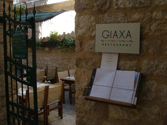 Giaxa : Entrance to the restaurant through patio