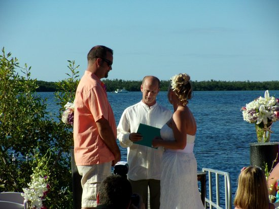 Sugarloaf Lodge: Bride & Groom on the beach