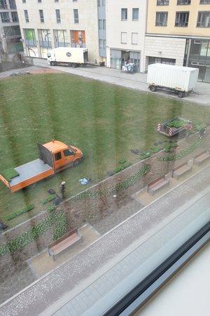 """NH Dresden Neustadt: Da janela do quarto vejo a primavera chegando com sua grama e flores"""""""