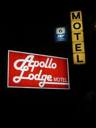 Apollo Lodge Motel: Sign out front
