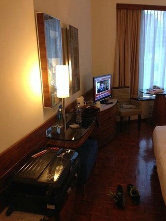 L'hotel Causeway Bay Harbour View : room table