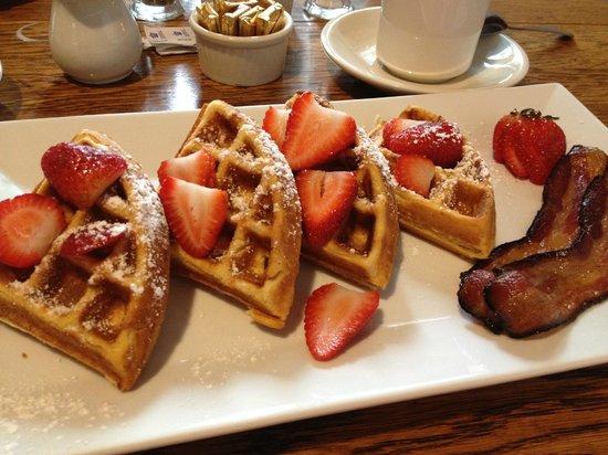 ويلمنجتون إن آند تافرن: Waffles for breakfast