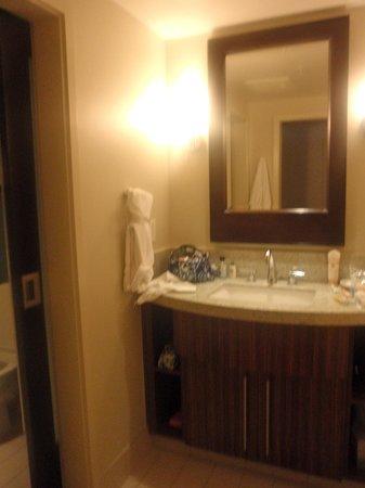 Bay Lake Tower at Disney's Contemporary Resort : 2nd floor bathroom