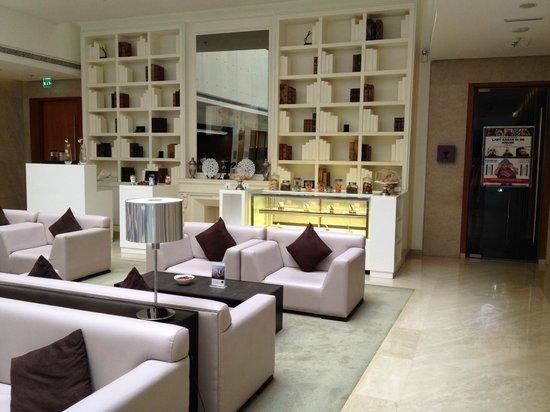 Hues Boutique Hotel : lobby y puerta a uno de los salones disco en planta baja