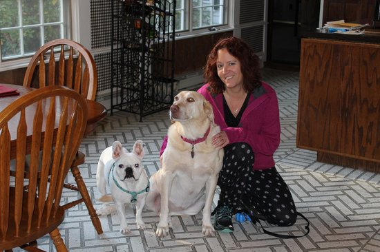 The Admiral Peary Inn Bed & Breakfast : Oliver, Maya , me  ... Love this