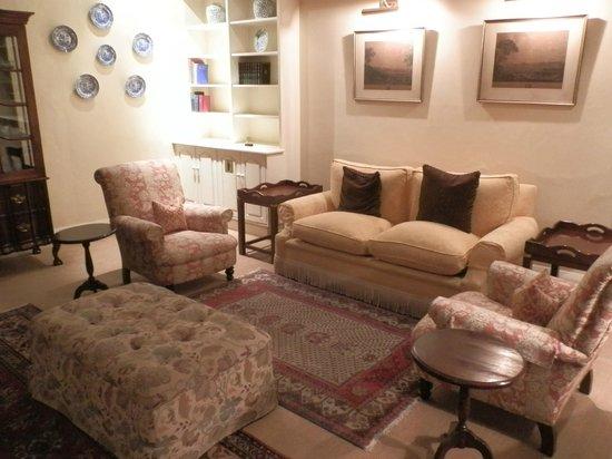 Queens Hotel: sittng room