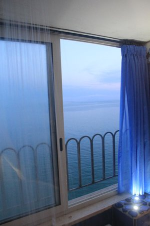 Hotel La Ninfa: rain shower with the view of the ocean
