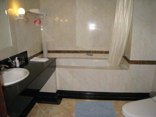 Huong Sen Hotel: bath tub