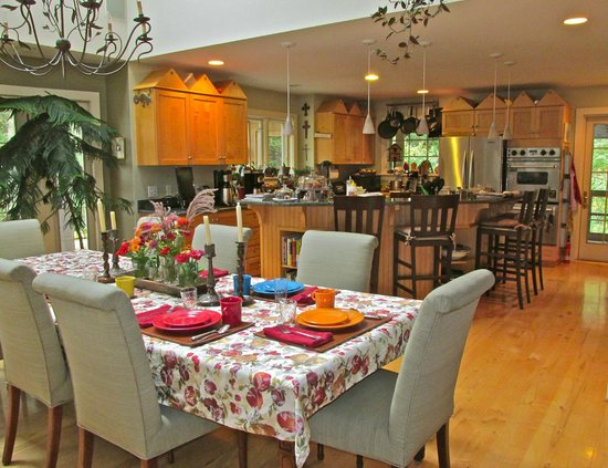 Santosha on the Ridge Bed and Breakfast Sanctuary: Dining and kitchen