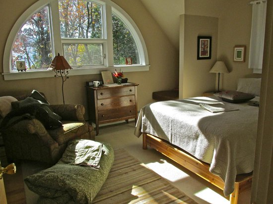 Santosha on the Ridge Bed and Breakfast Sanctuary: River view room