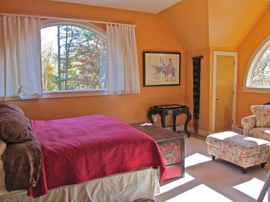 Santosha on the Ridge Bed and Breakfast Sanctuary: Sunrise Room