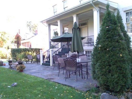Goldsmith Denniston House B&B : Back porch and patio