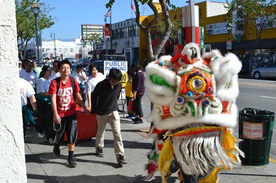 Best Western Plus Dragon Gate Inn: Lion Dancer Walking By