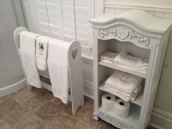 Heart Of Burlington Bed and Breakfast : Bathroom