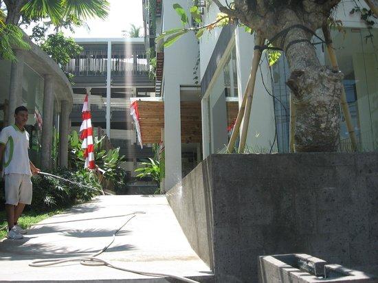 Grandmas Seminyak Hotel: Вид на отель с улицы