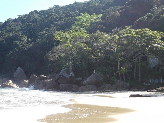 Sete Fontes Beach: Rochas, verde e mar