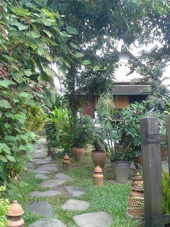 Villa Maydou: Entrée par le jardin...