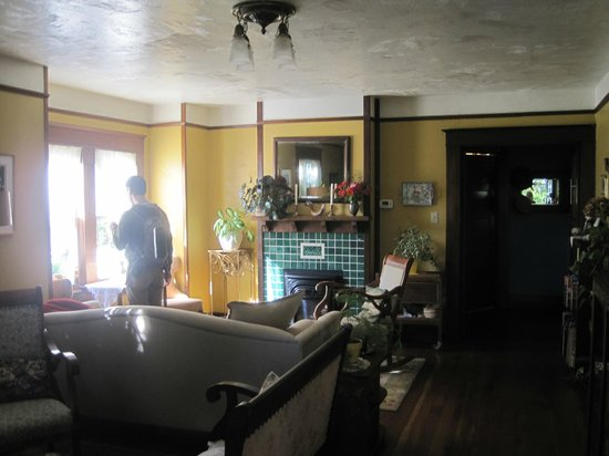 The Brownsville House B&B: Parlor/Living Room