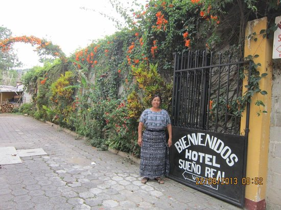 Hotel Sueno Real : entrance with muy simpatico senora