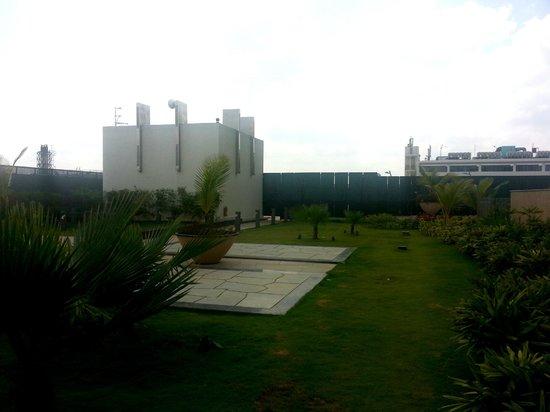Bengaluru Marriott Hotel Whitefield: Greenary besides pool area