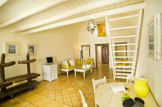 Enigma Apartments & Suites: Interior Jacuzzi suite