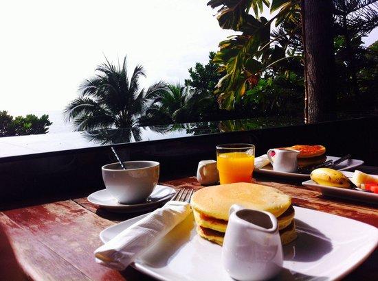 Montalay Beach Resort : Petit déjeuné copieux au bord de l'eau. Extra!!