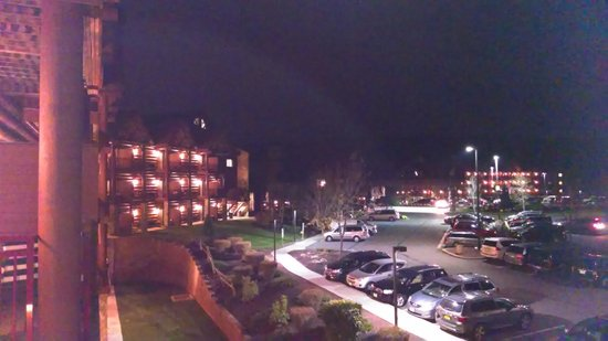 Great Wolf Lodge: Evening View from Balcony on 3rd Floor looking toward Entrance