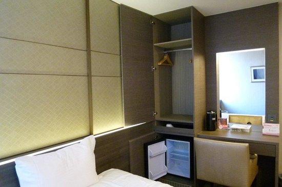 Y Hotel Taipei: クローゼットを開けた写真です。下は空の冷蔵庫。