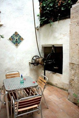 Innsa Hostel: zona cibo con maiolica del 600